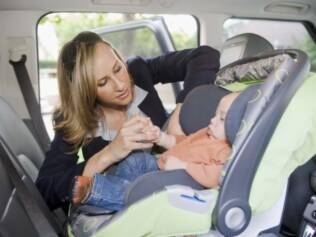 Cadeirinha voltada para a parte traseira do carro é mais eficaz