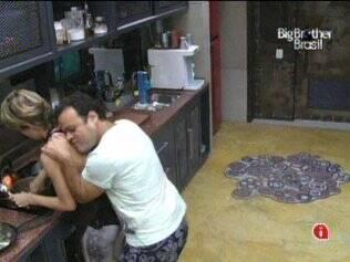 Diana e Daniel se abraçam e elogiam no Lado B