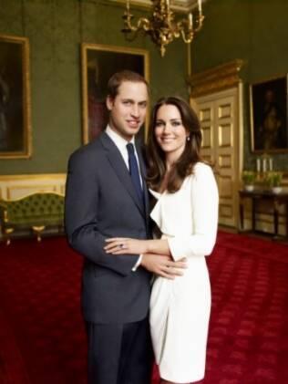 O príncipe William e sua noiva, Kate Middleton, posam em retrato oficial após o noivado