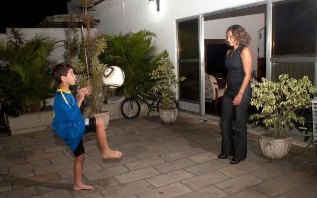 Bruno brinca de bola com a mãe - asma controlada