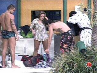 Natália ajuda os brothers a lavarem as roupas