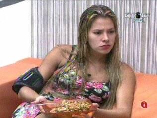 Adriana janta na Casa Principal, para não passar fome no Acampamento