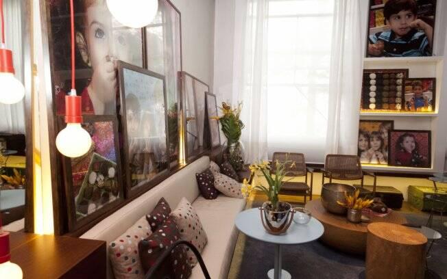 Sofás confortáveis, almofadas e quadros coloridos para o doce conforto da brigaderia