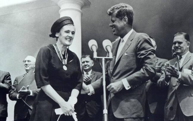 Dra. Frances Oldham Kelsey ao lado do então presidente John F. Kennedy