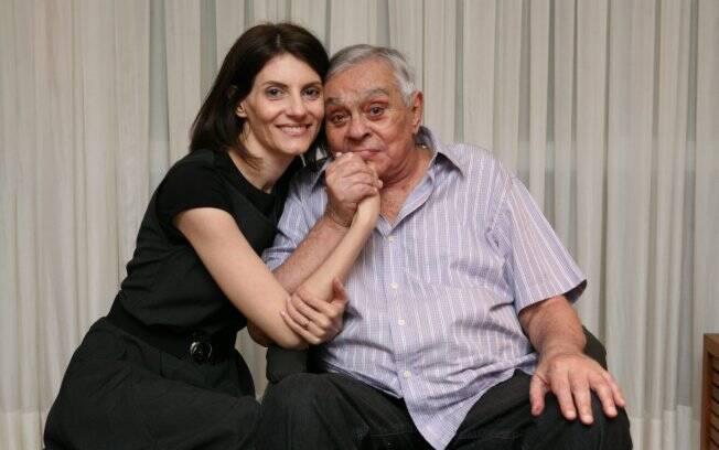 O carinho de Malga Di Paula ao lado do marido, Chico Anysio, no apartamento dos dois, na Barra da Tijuca