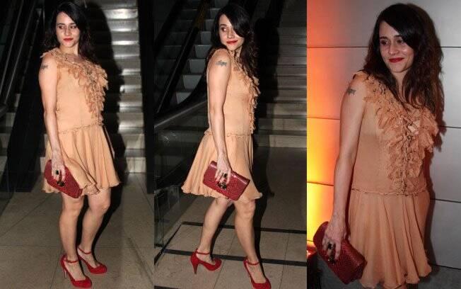 Os acessórios vermelhos Alessandra Negrini deu um toque rock no vestido romântico da atriz