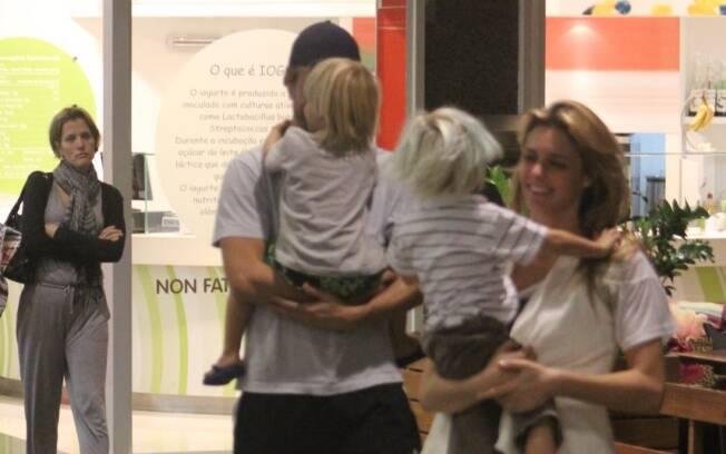 Rodrigo Hilbert e Fernanda Lima deixam centro de compras com os pimpolhos no colo