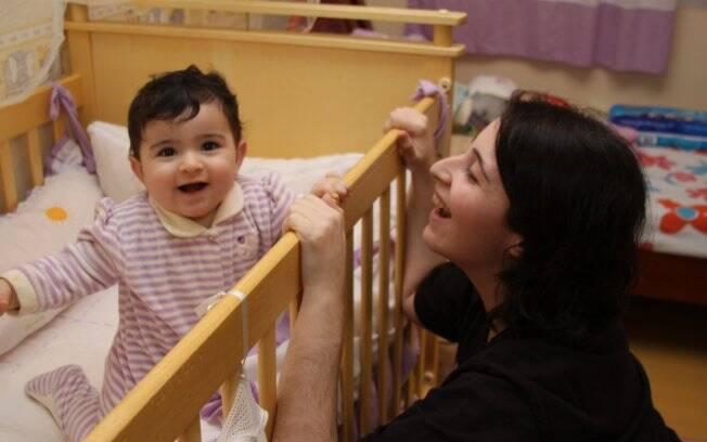 Adriana brinca com a filha Beca, hoje com oito meses