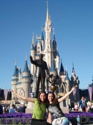 Camila e Melina são amigas há 18 anos. Ano passado, viajaram juntas à Disney e estão planejando a despedida de solteira de Camila em Las Vegas