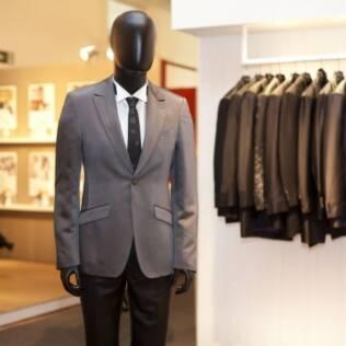 Gravata escura e terno mais seco. De Black Tie