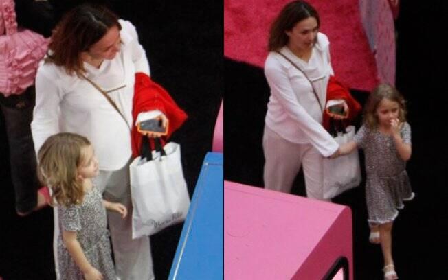 Gabriela Duarte passeia com a filha, Manuela