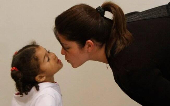 Samara Felippo ganha beijo de Alícia