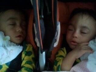 Gêmeas dormem tranquilas depois de um começo de vida atribulado