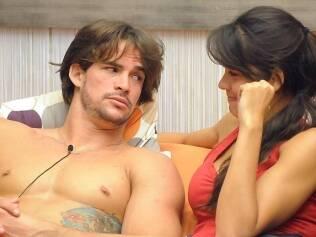 Talula e Rodrigo em clima de romance dentro da casa