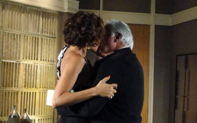 Carol e Raul celebram o sucesso no trabalho com um beijão