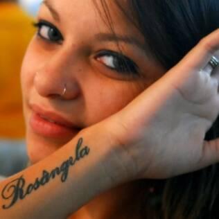 Kattya homenageou a mãe tatuando seu nome no braço