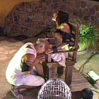 Diogo lambe as pernas de Talula
