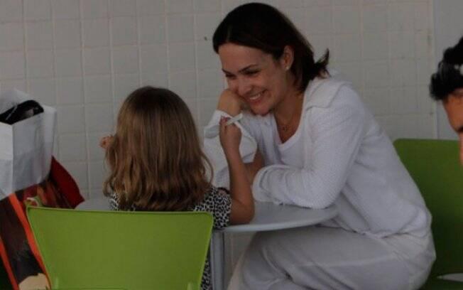 Gabriela Duarte brinca com Manuela, enquanto ela toma um sorvete