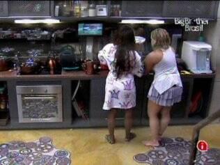 Sisters arrumam a cozinha do Lado B
