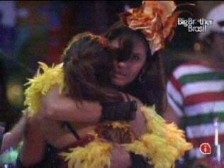 Maria e Talula se abraçam durante festa