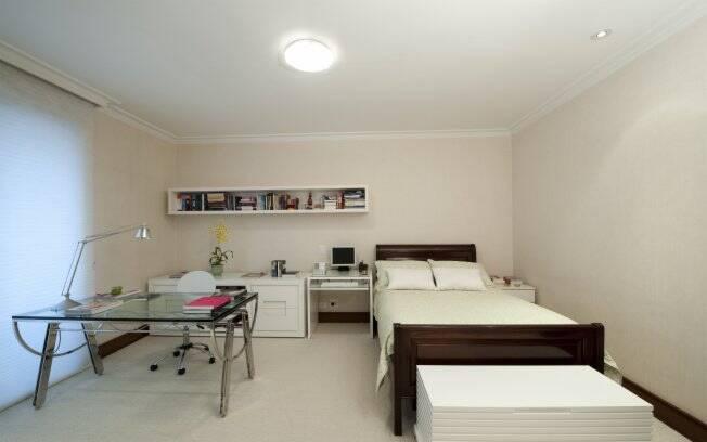 No quarto de uma jovem, a arquiteta Carolina Mesquista utilizou um baú como porta-roupa de cama