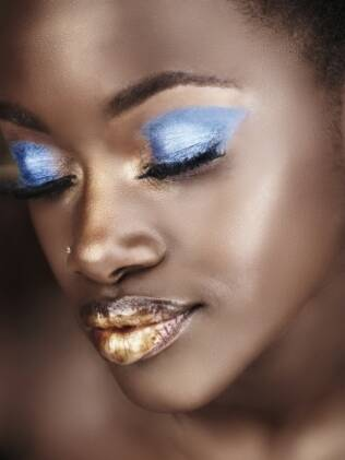 Modelo usa maquiagem metalizada