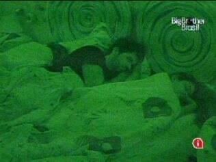 No Quarto Jujuba, Talula, Rodrigo e Jaqueline dividem uma cama de casal