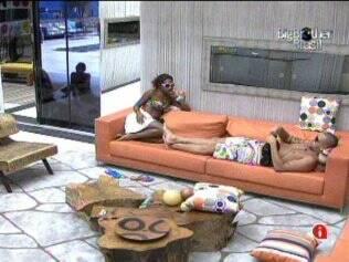 Diogo e Jaqueline conversam na sala do Lado A