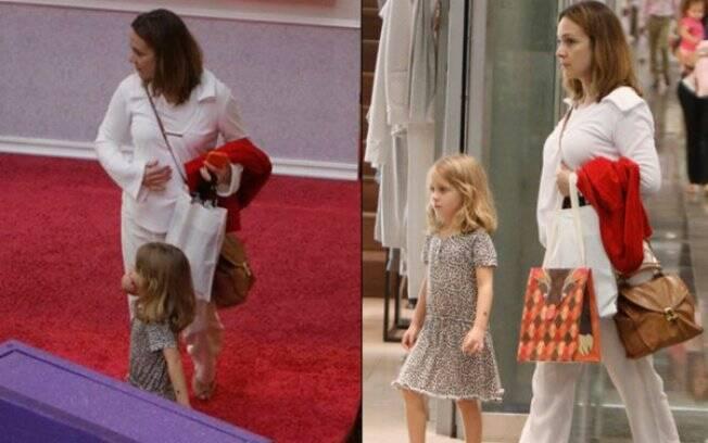 Depois de conferir a exposição, Gabriela, que está grávida de um menino, passeia no shopping com a filha, Manuela