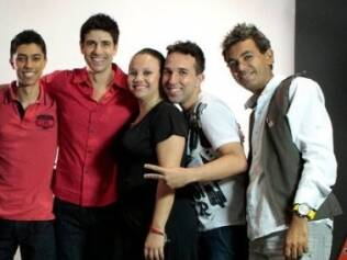Amanda, abraçada com Reynaldo Gianecchini, e outros jovens da campanha