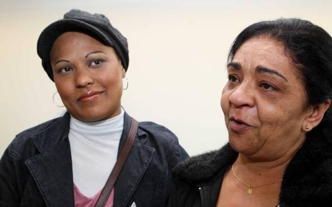 Daniele dos Santos, de boina, ao lado da mãe, Neusa