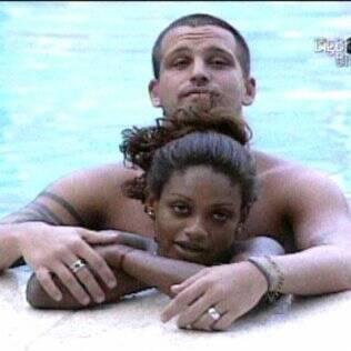 Diogo não desgruda de Jaqueline na piscina