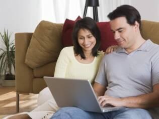 """Usuários da rede social já adotaram o termo """"Facebook official"""" para sinalizar que estão em um relacionamento amoroso assumido publicamente"""
