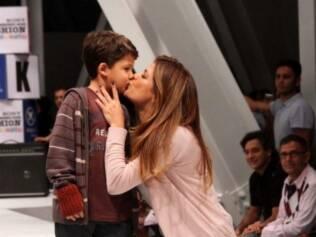 Nívea Stelmann desfila com o filho, Miguel