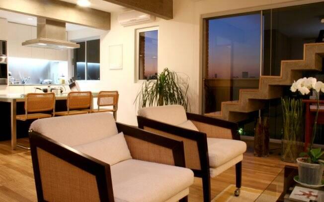 Depois da reforma, a sala integrada com a cozinha e a varanda
