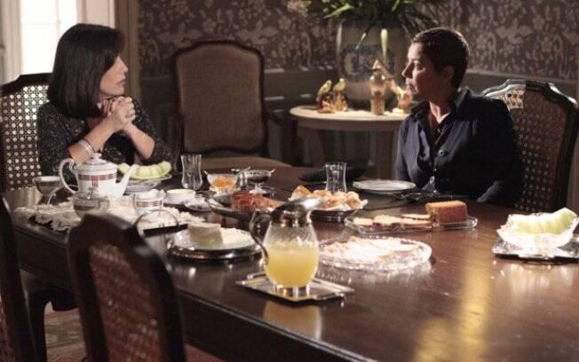 Jandira percebe que Norma está balançada e alerta a amiga