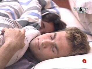 Wesley e Maria dormem juntinhos