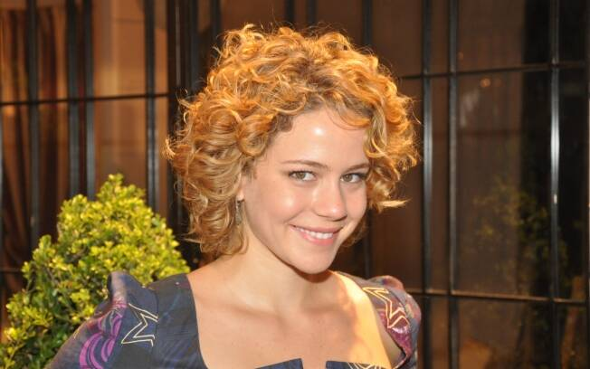 Corte aposta no visual natural e aproveita o bom caimento do cabelo da atriz