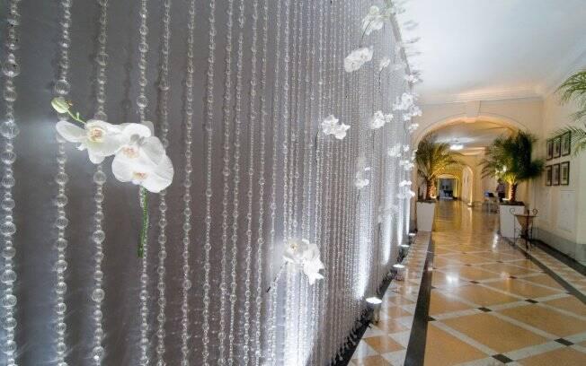 Paredes de cristais com orquídeas brancas