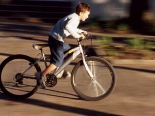 Passear de bicicleta sem os equipamentos de segurança aumenta o risco de fraturas no rosto e traumatismo craniano