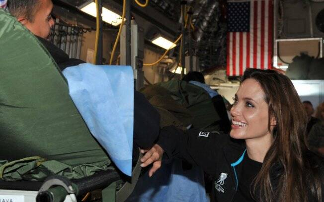 Angelina Jolie em uma de suas missões humanitárias: mãe, estrela de Hollywood e humanitária