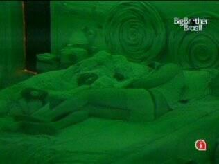 Maria e Wesley dormem juntos