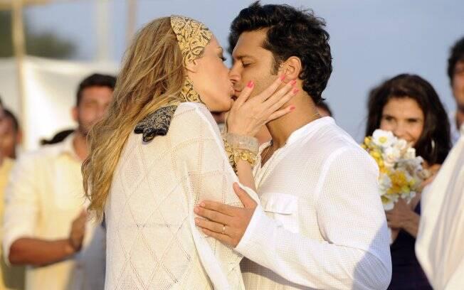 Thales (Armando Babaioff) e Jaqueline (Claudia Raia) se casam