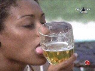 Jaqueline brinca beijando copo de cerveja