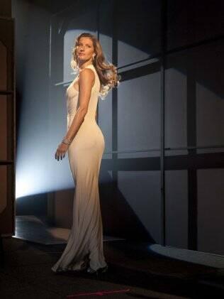 Diva: Gisele Bündchen aparece com um vestido branco e joias na nova campanha