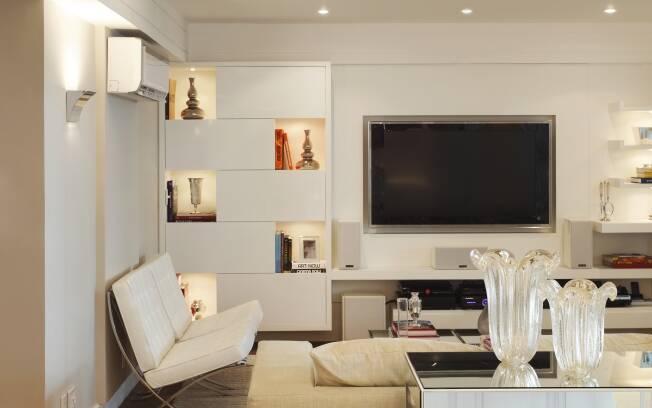 A arquiteta Vivian Coser integrou o home theater aos espaços sociais do apartamento de Vitória (ES)
