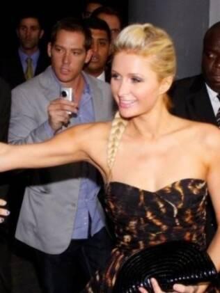 Paris Hilton entrando no prédio da Bienal acompanhada do namorado, Cy Waits