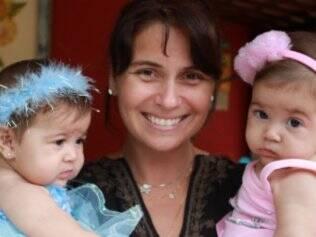 A atriz Giovanna Antonelli com suas gêmeas Sophia e Antonia