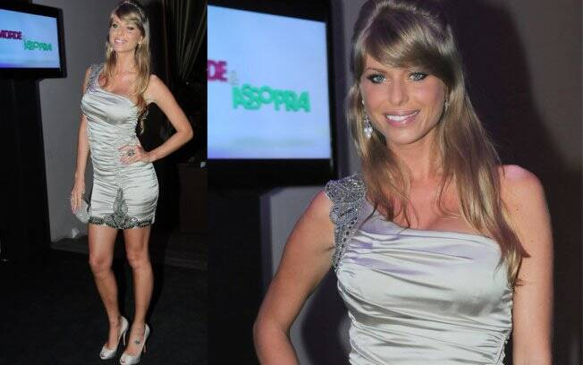 Uma das convidadas da noite era a repórter e modelo Caroline Bittencourt, que usou um minivestido ombro só prata
