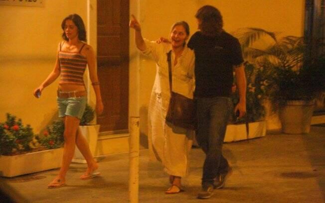 Em fevereiro, Dado Dolabella passeia no Rio de Janeiro com a mãe, Pepita, e a namorada, Juliana Wolter